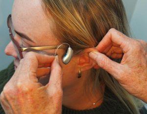 Cermati Spesifikasi dan Fitur Alat Bantu Dengar Pakai Kabel